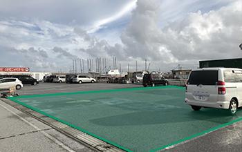写真の緑のエリアが駐車可能