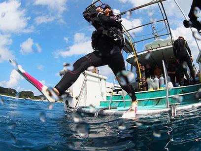 ダイビング専用自社ボートを使って講習をおこないます